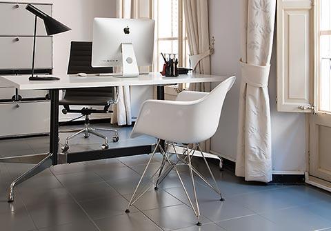 Eames DAR Stuhl im Büro