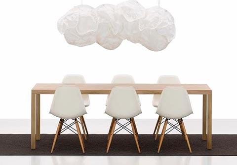Eames DSW Stühle im Raum